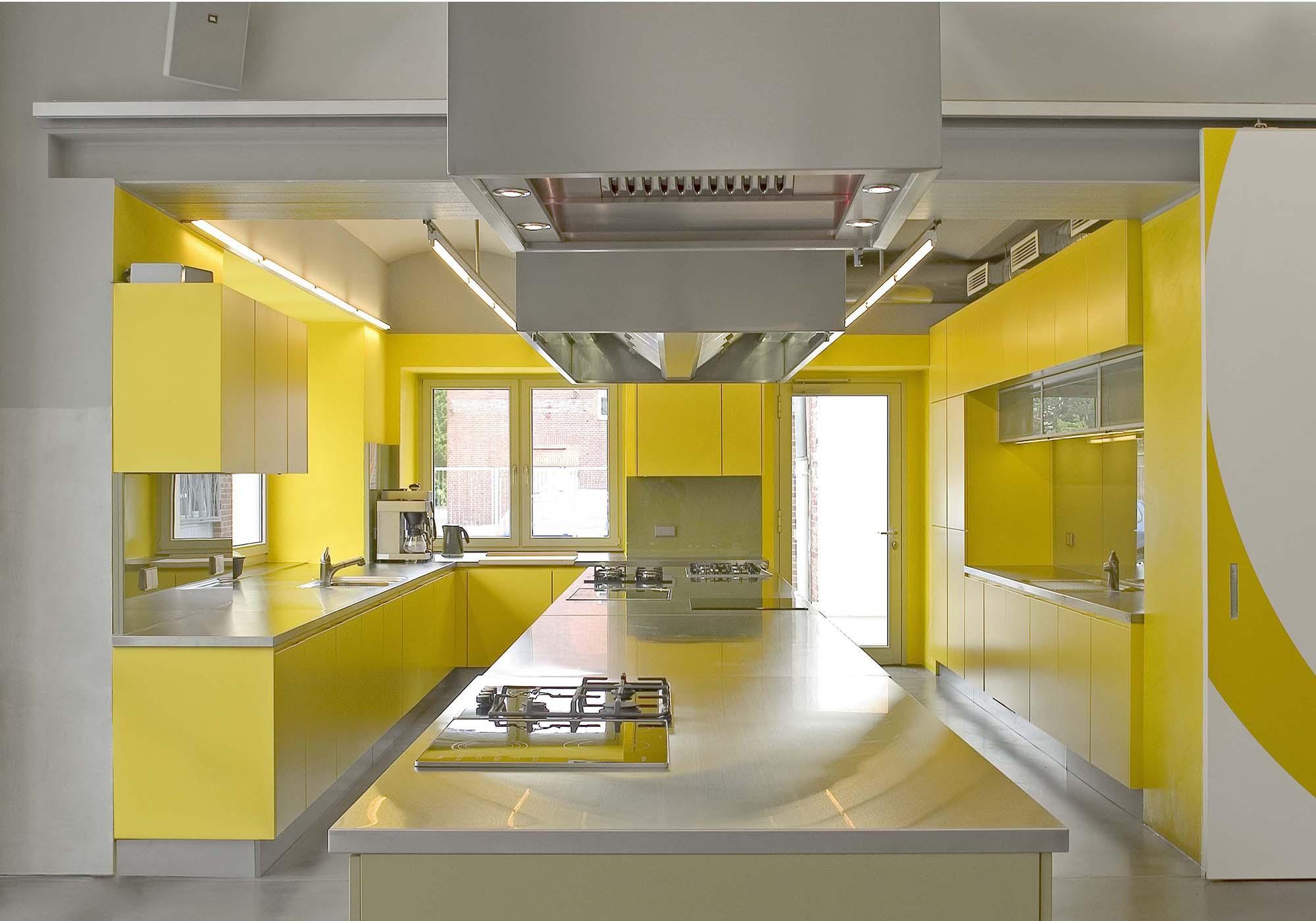 Серо-желтая большая кухня