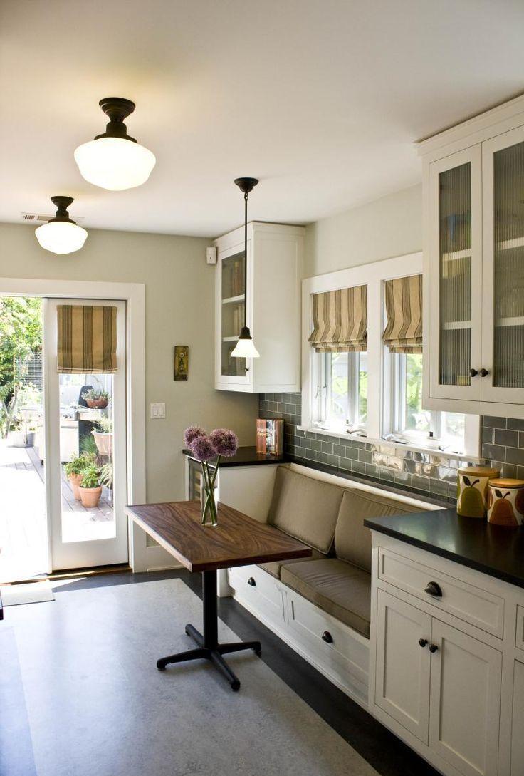 Кухня с диваном и подушками