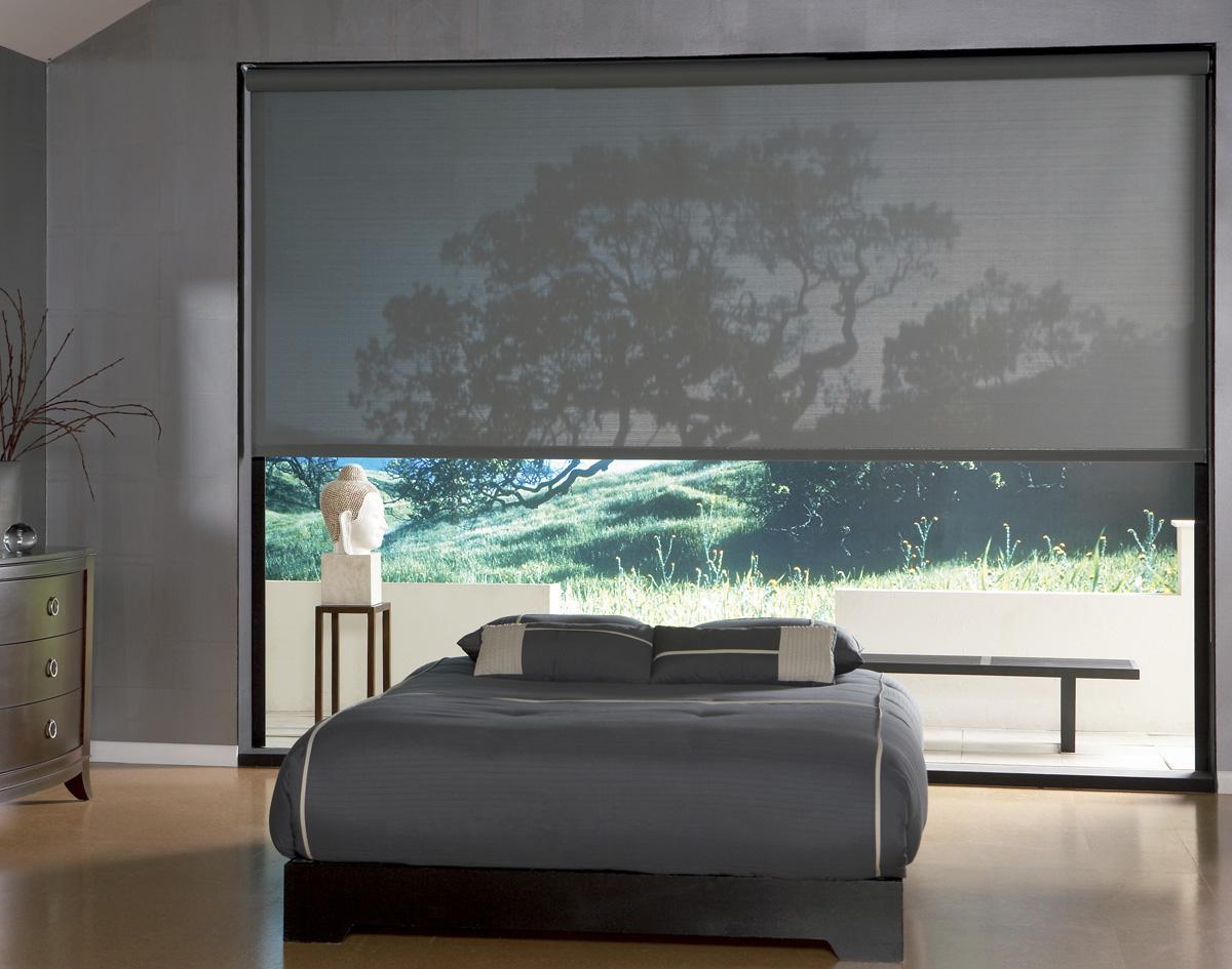 Широкие серые рулонные шторы в спальне