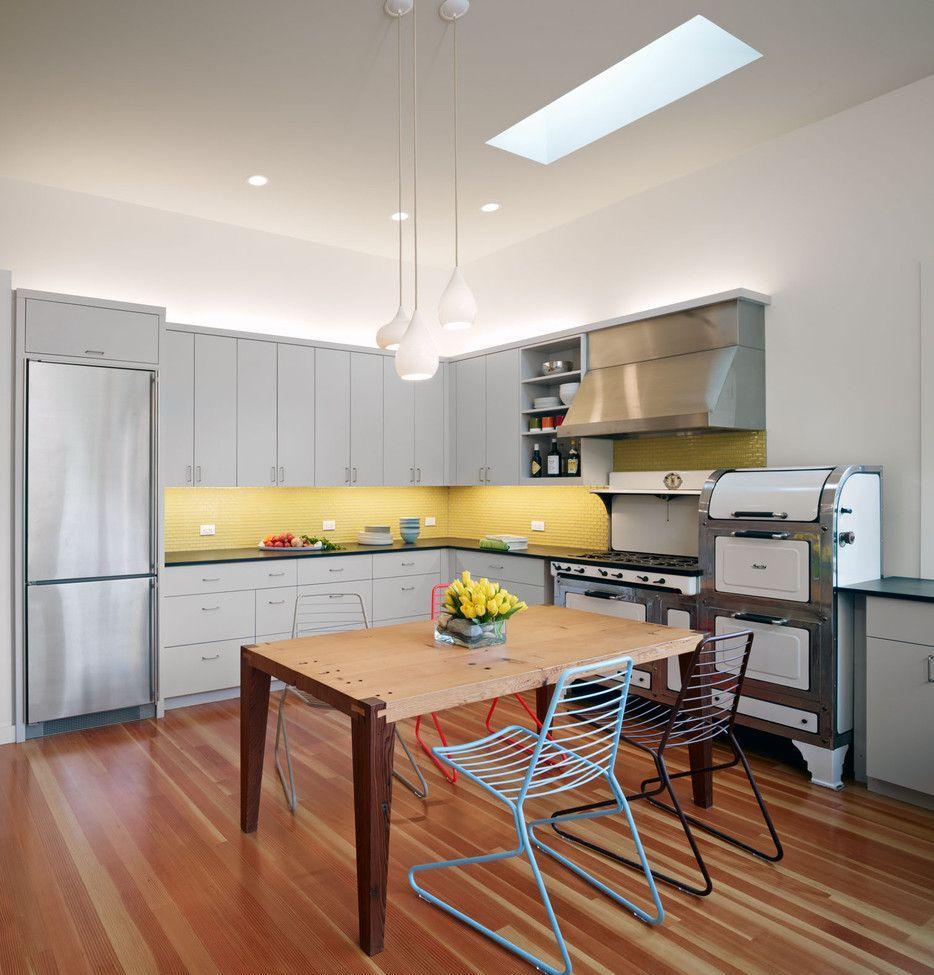 Коричневый пол и стол на кухне с желтым фартуком