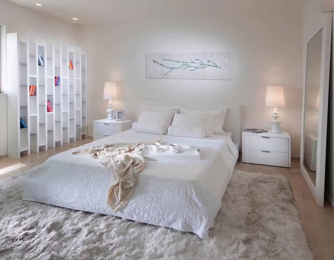 Белая просторная спальня