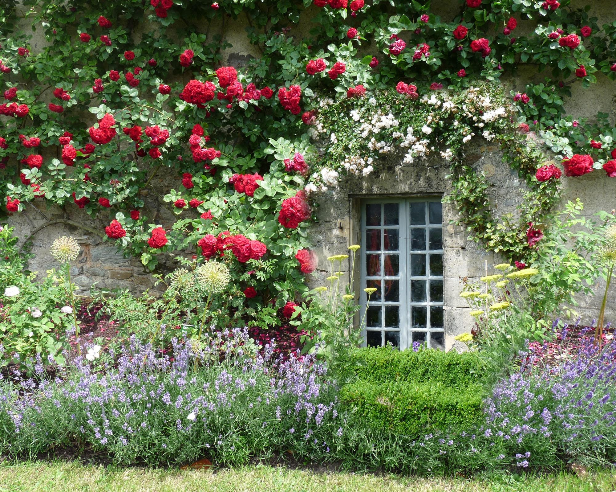 Декор фасада цветами