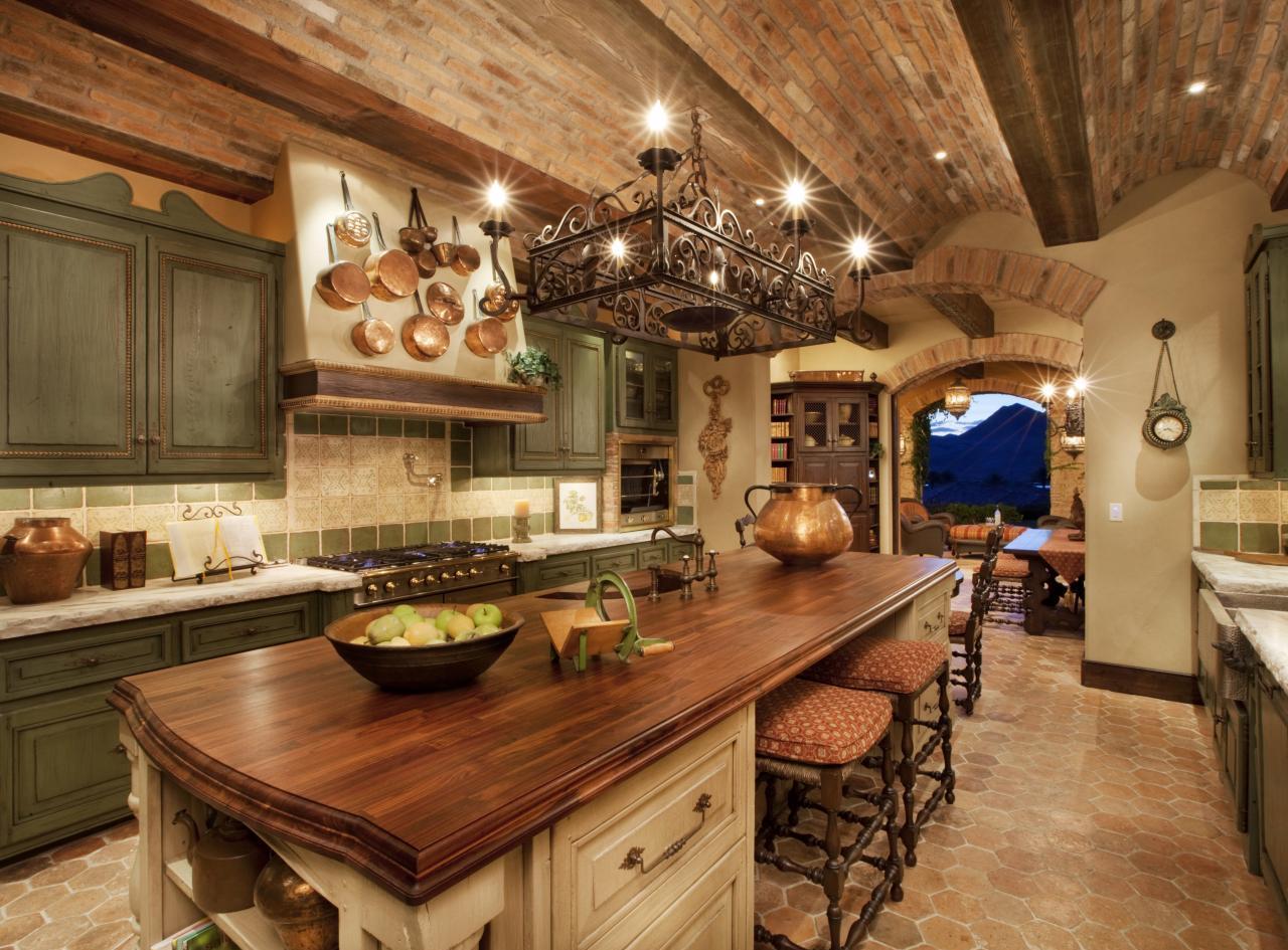 Кирпичный потолок на кухне в итальянском стиле