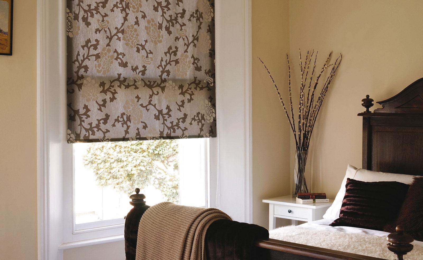 Коричневый рулонные шторы в спальне
