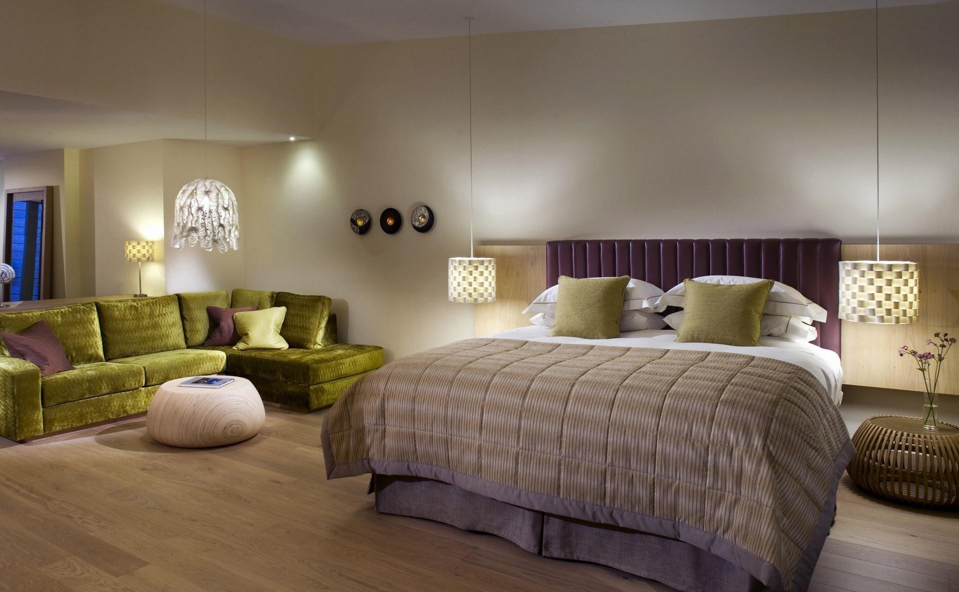 Оливковые акценты в интерьере спальни