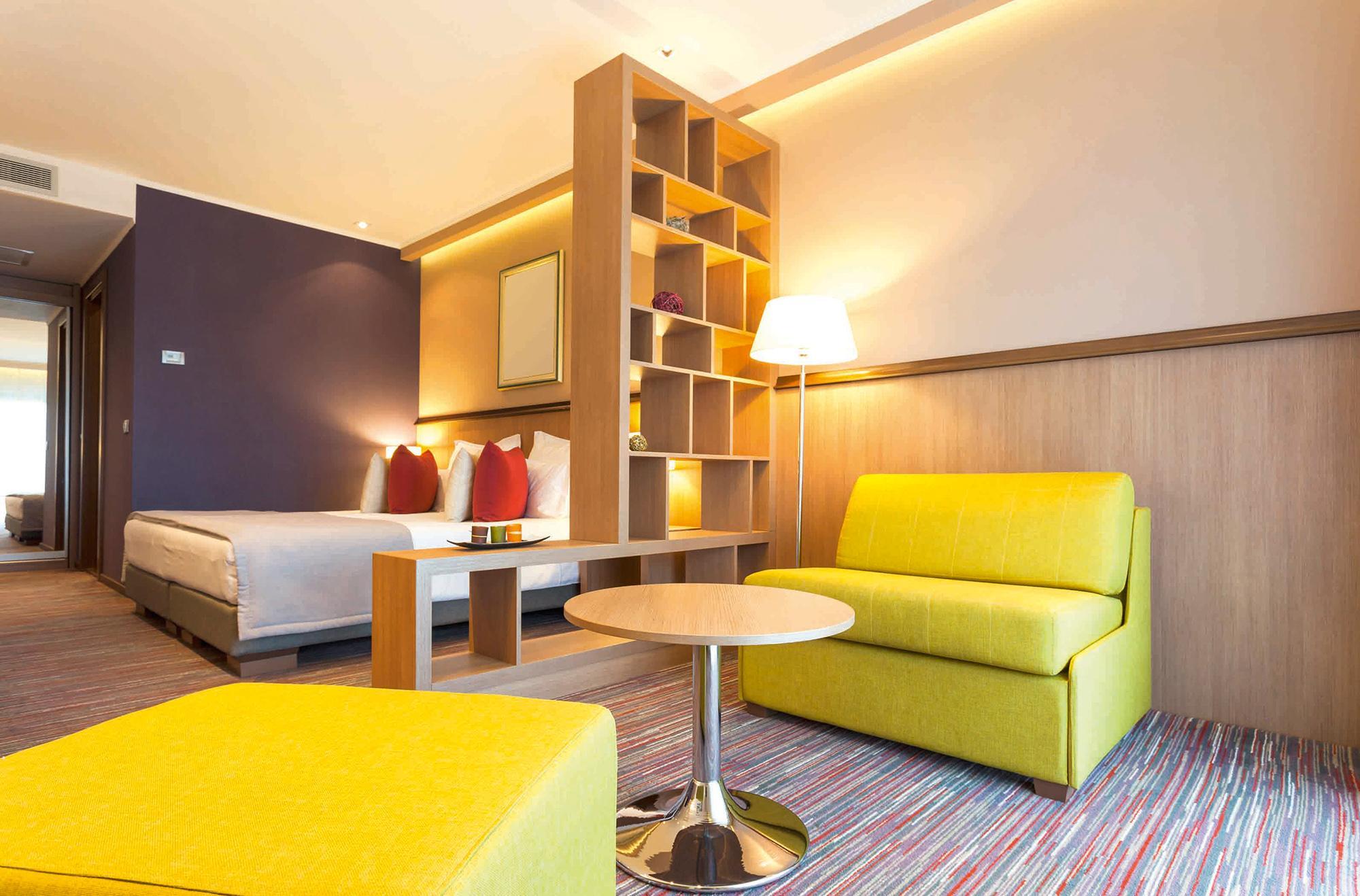 Желтые кресла в квартире-студии