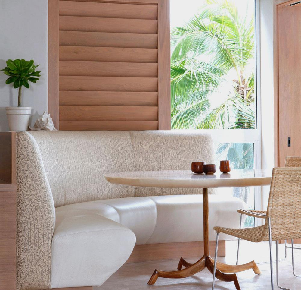 Бежевый диван в кухне в эко-стиле