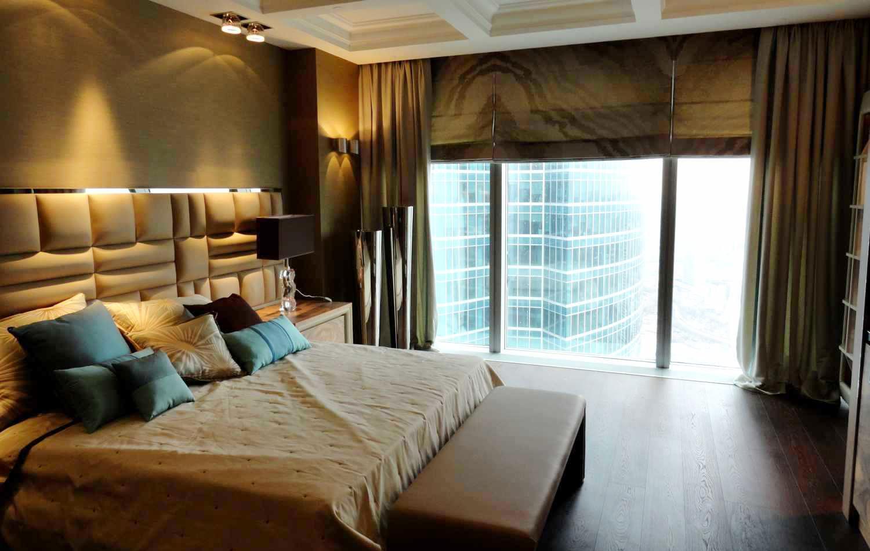 Комбинирование римских и обычных штор в спальне