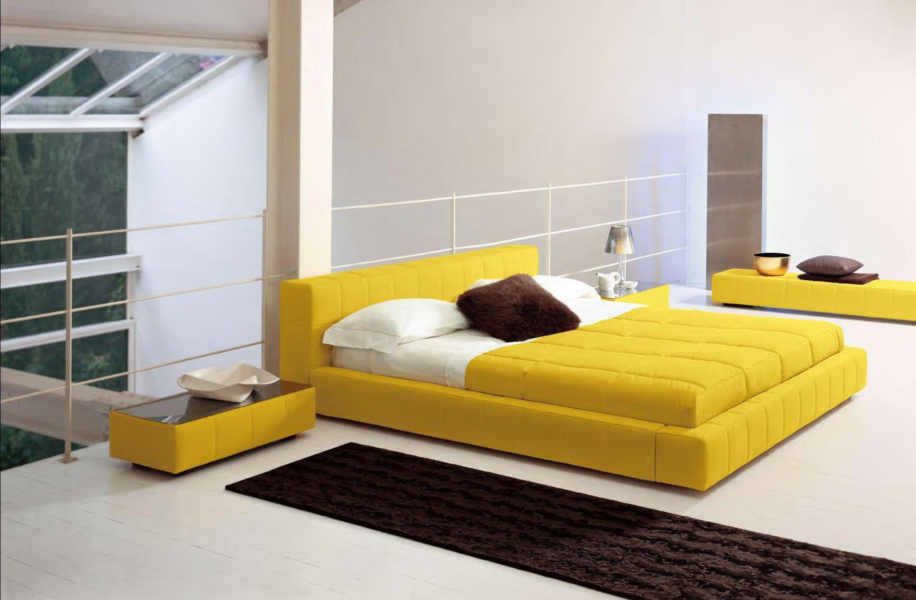 Желтая кровать в спальне