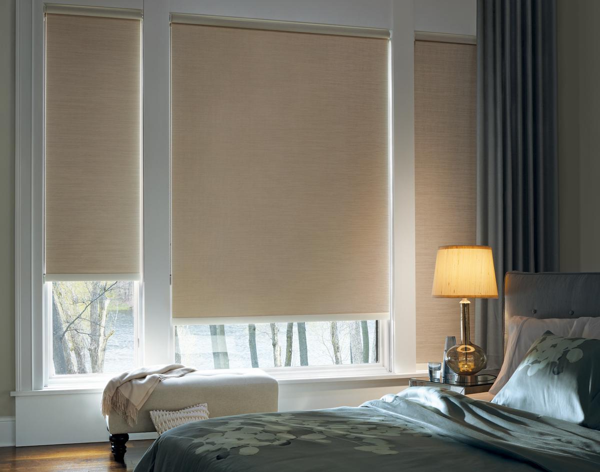 Бежевые рулонные шторы в спальне