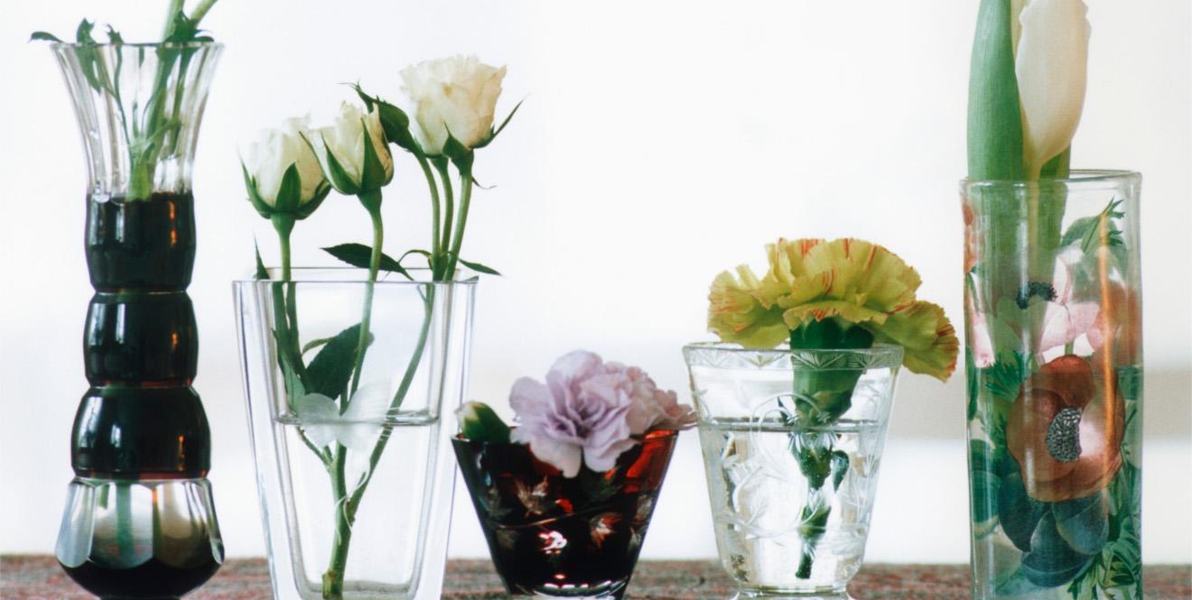Живые розы и другие цветы в интерьере комнаты