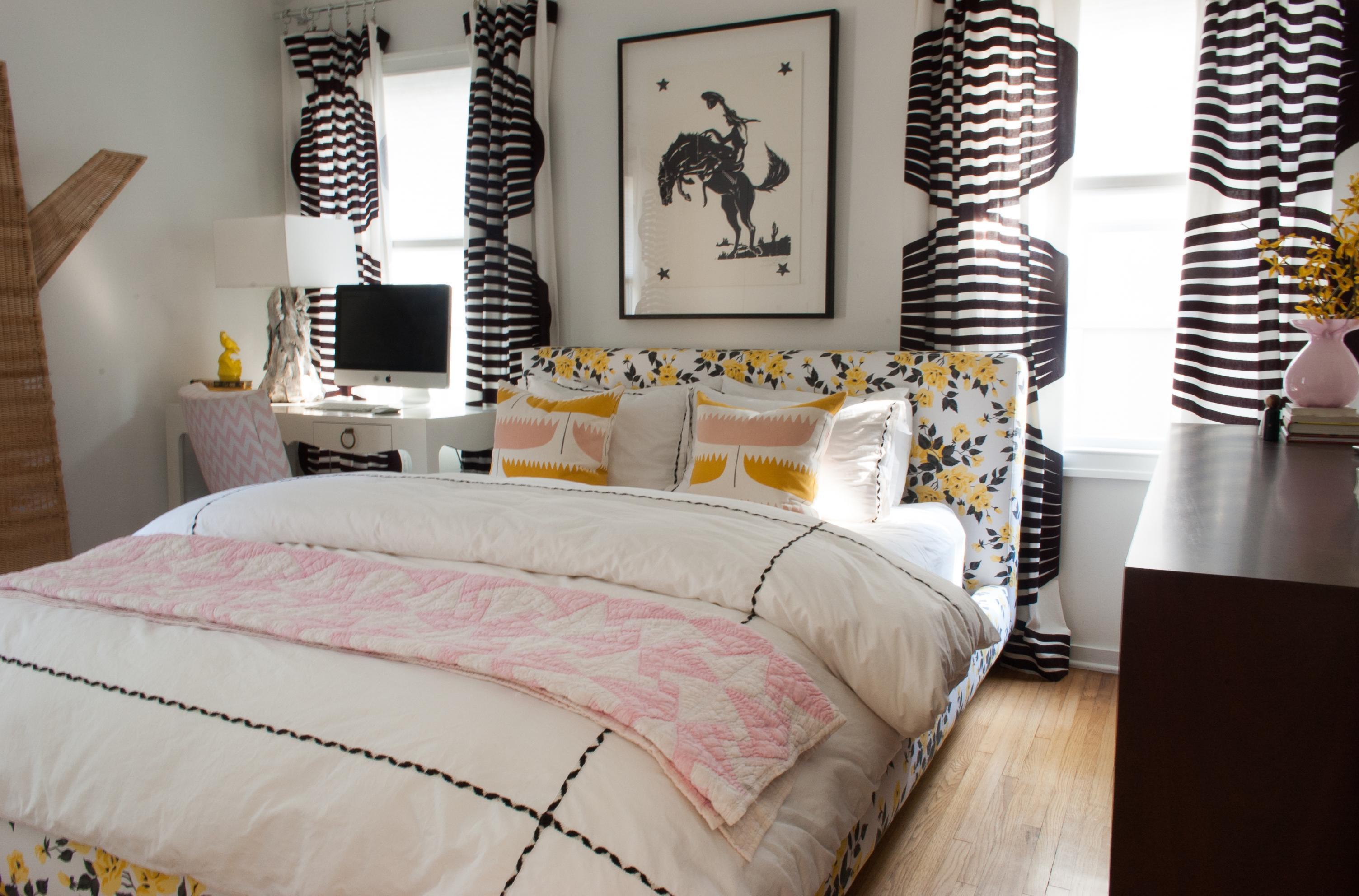 Дизайн спальни 18 кв м с принтом на шторах