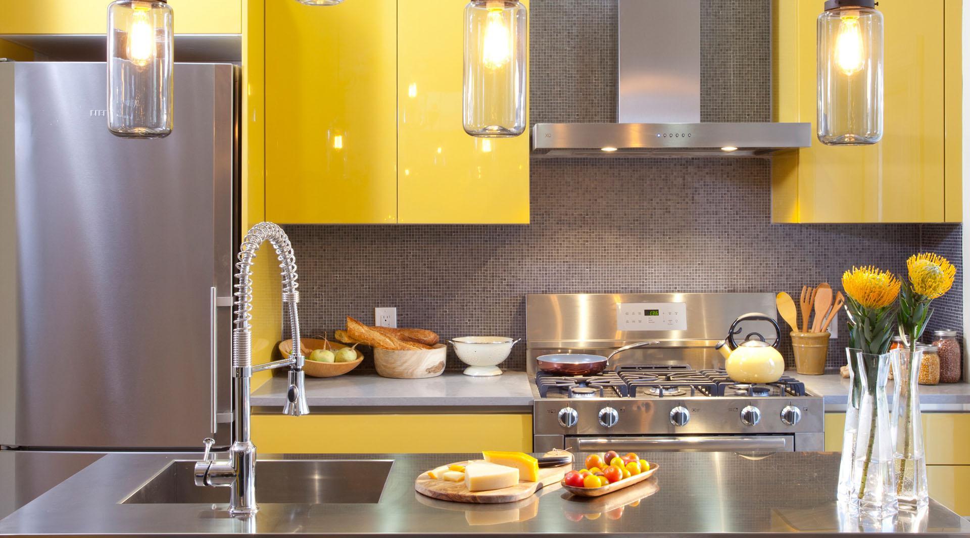 Металл хорошо сочетается с желтым цветом на кухне