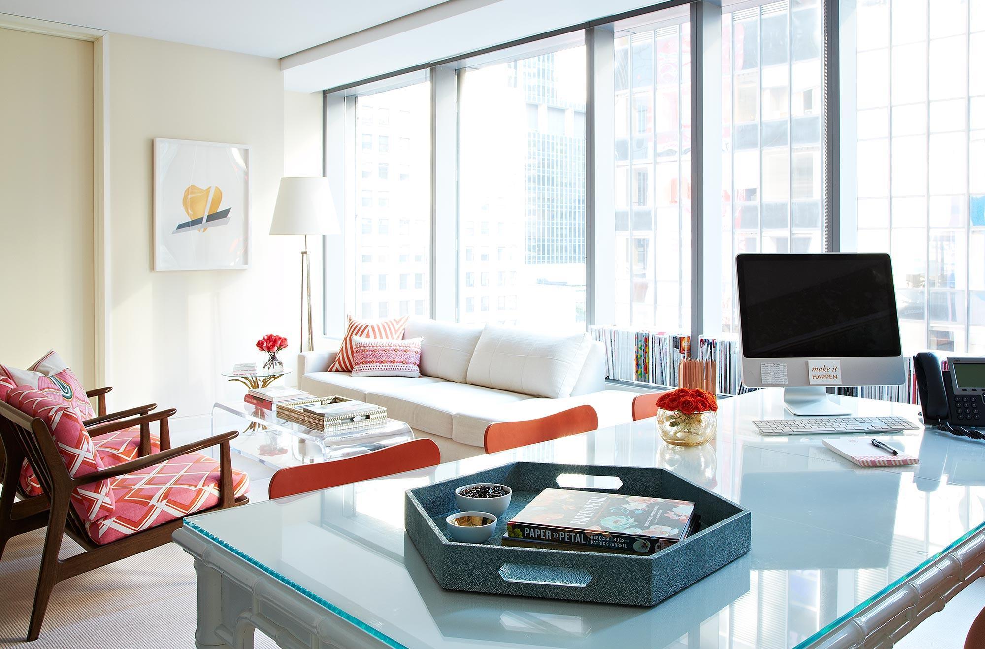 Дизайн интерьера кабинета руководителя с диваном