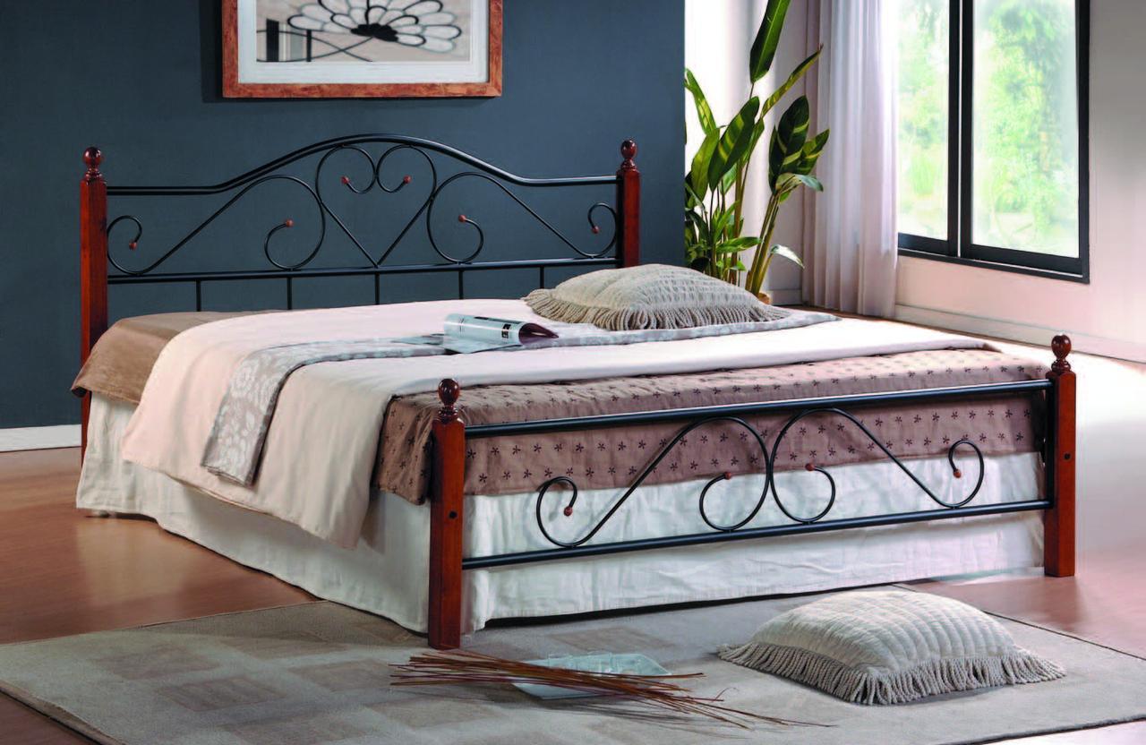 Металлическая кровать с деревянными столбиками