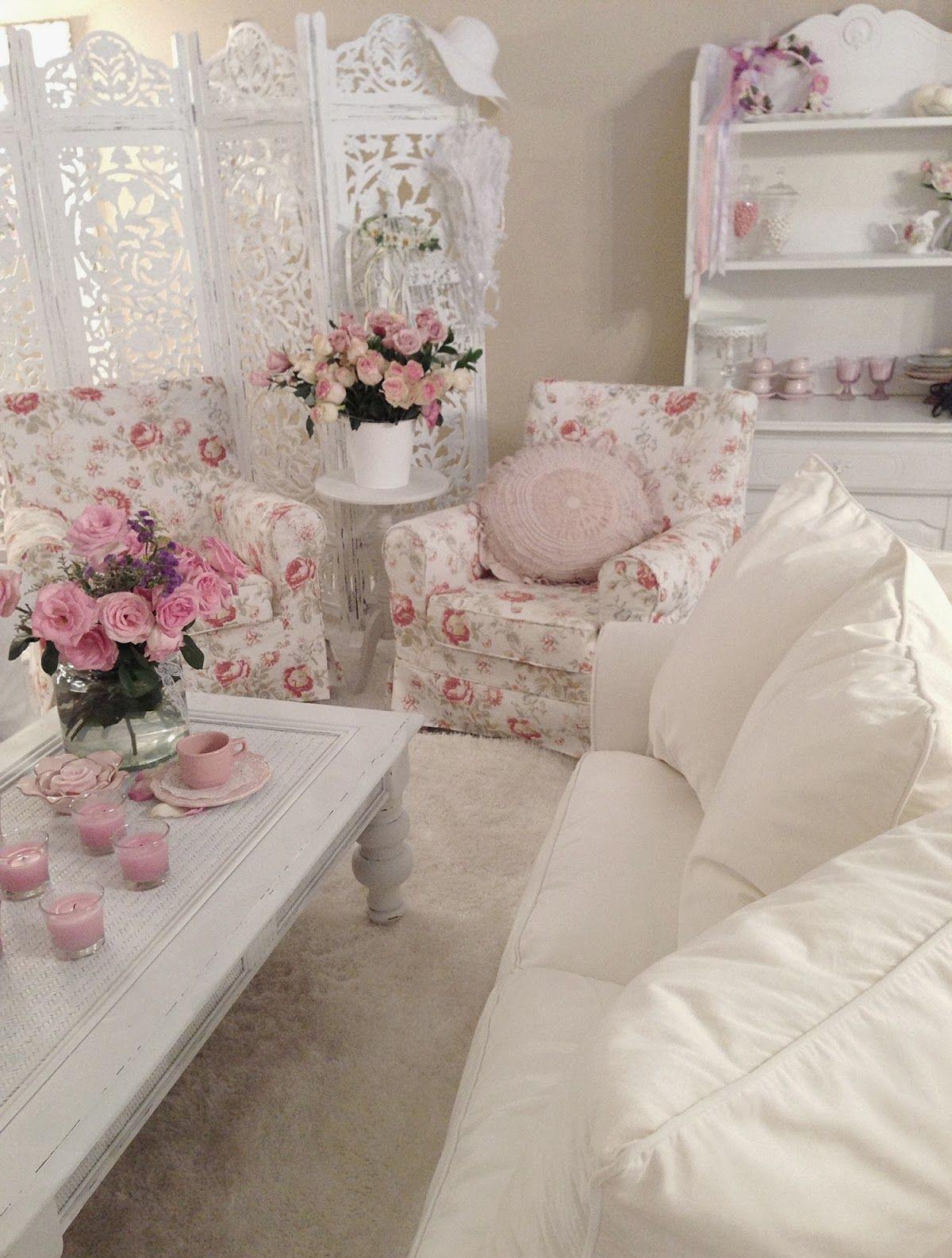 Живые розы и текстиль с ними в интерьере гостиной