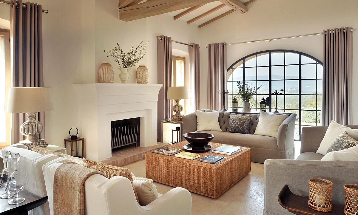 Светлая гостиная с камином
