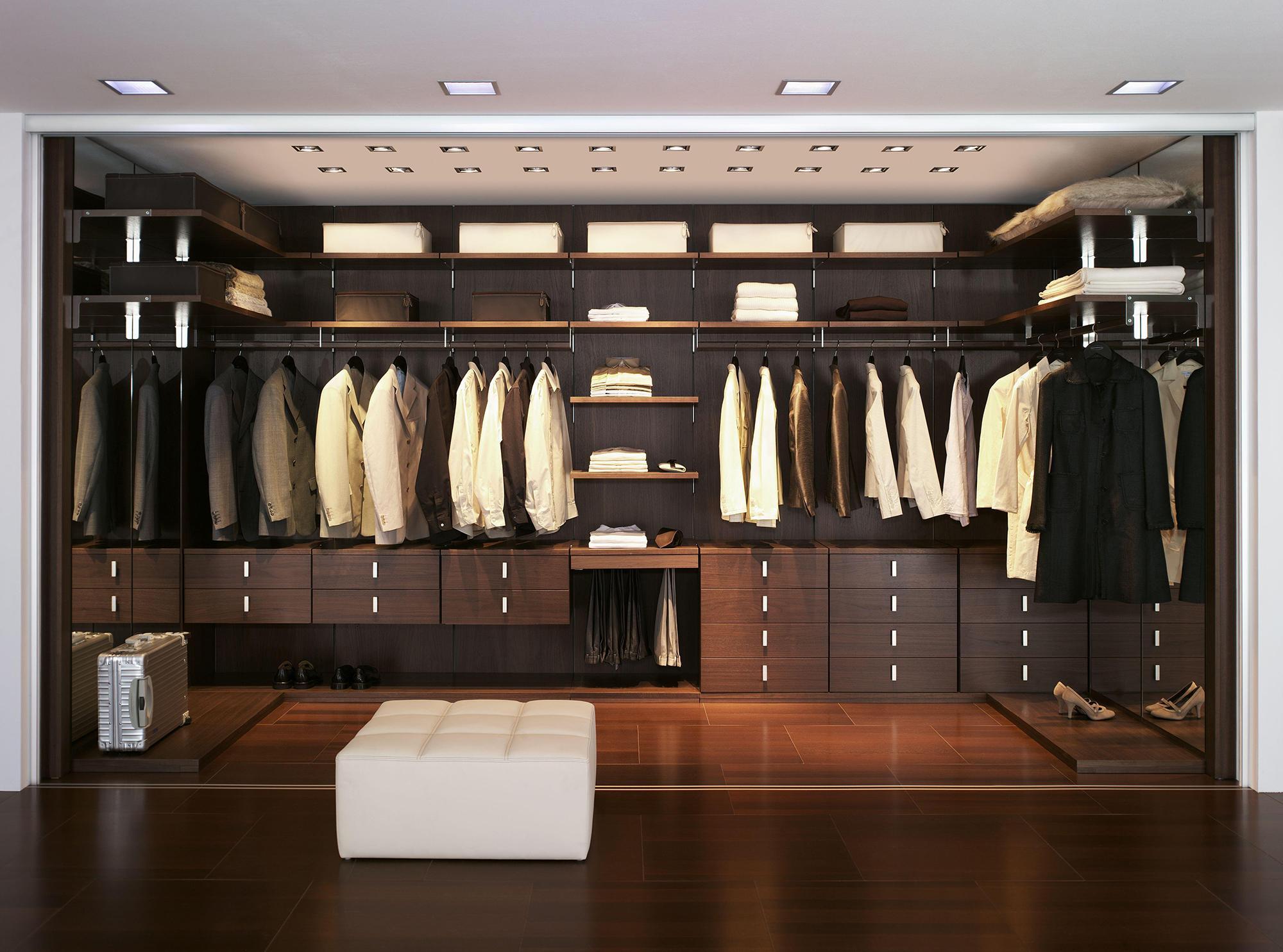 Большая мужская гардеробная комната с раздвижными дверями