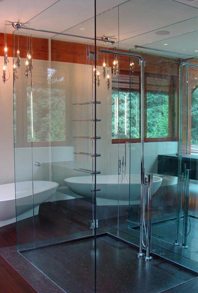 Стеклянный душ без поддона в ванной комнате