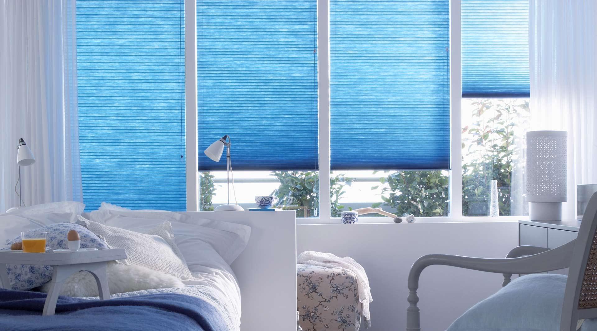 Горизонтальные синие жалюзи для спальни