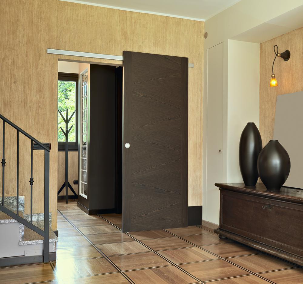 Коричневый пол и темно коричневые двери