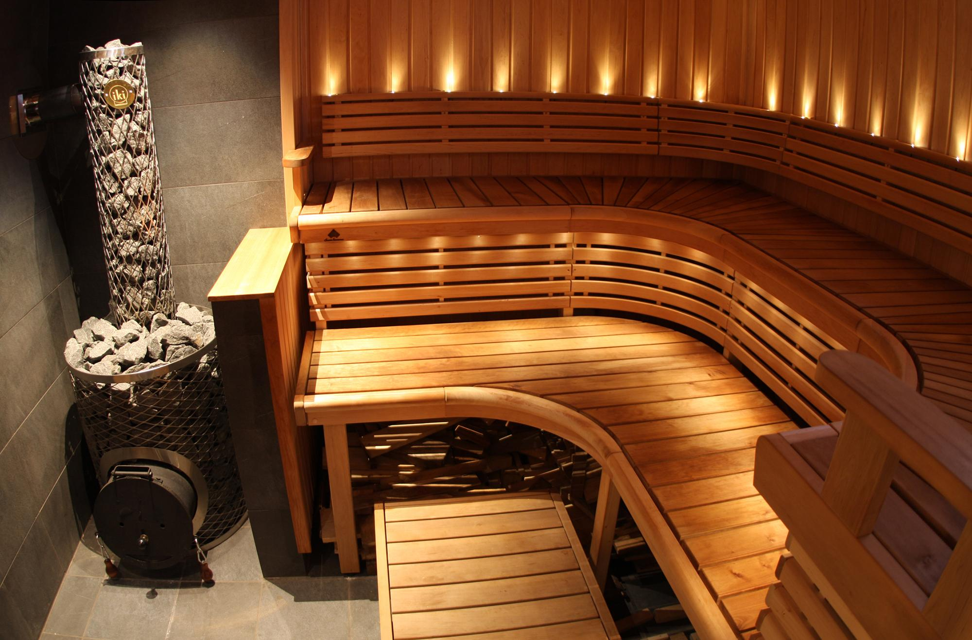 Удобная скамья в небольшой парилке в бане