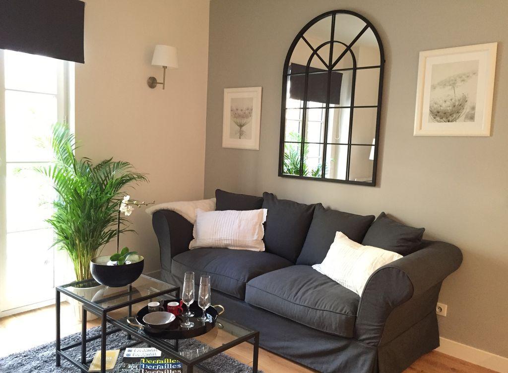 Обстановка однокомнатной квартиры с черными акцентами