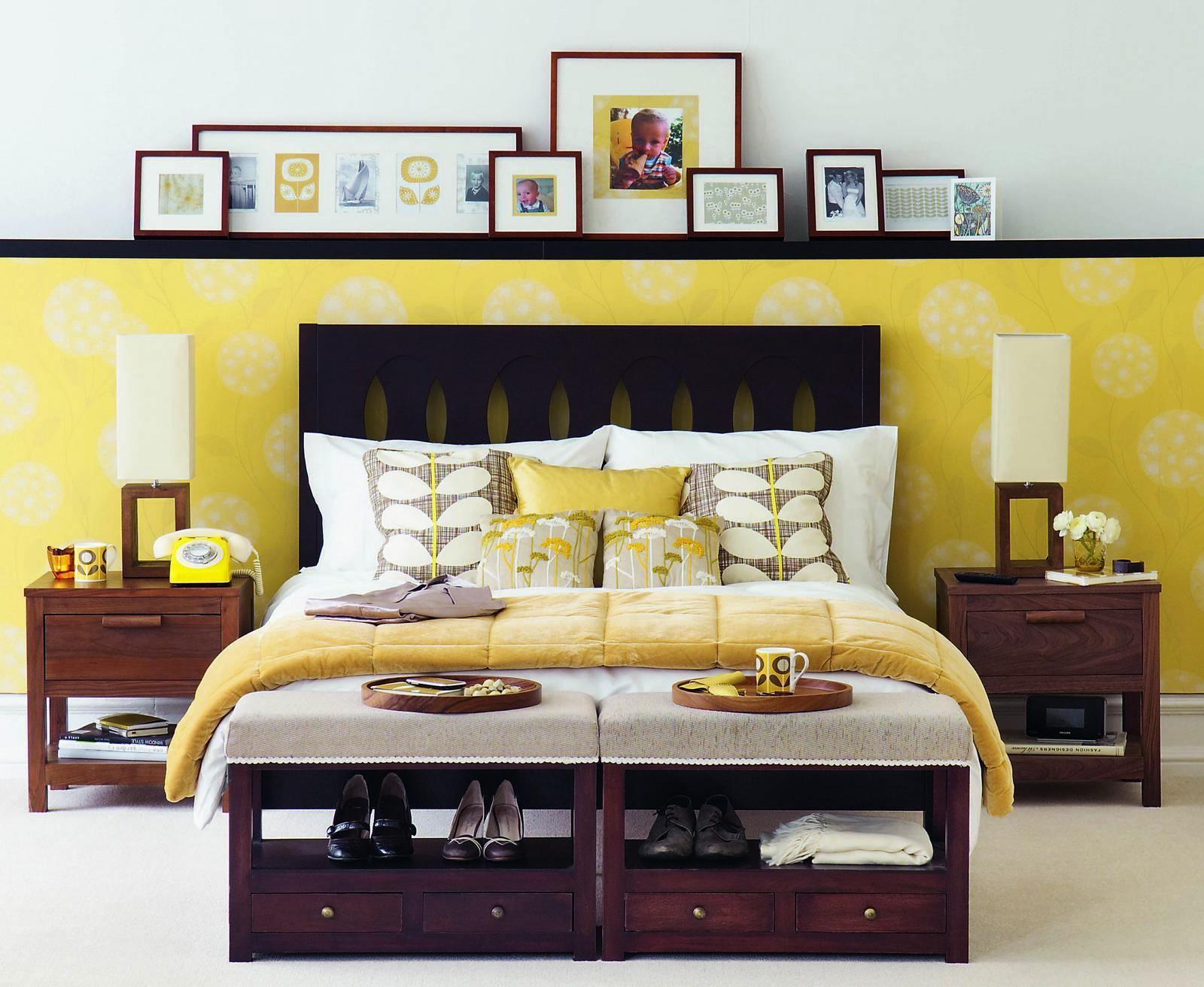 Желтая выступающая панель в спальне
