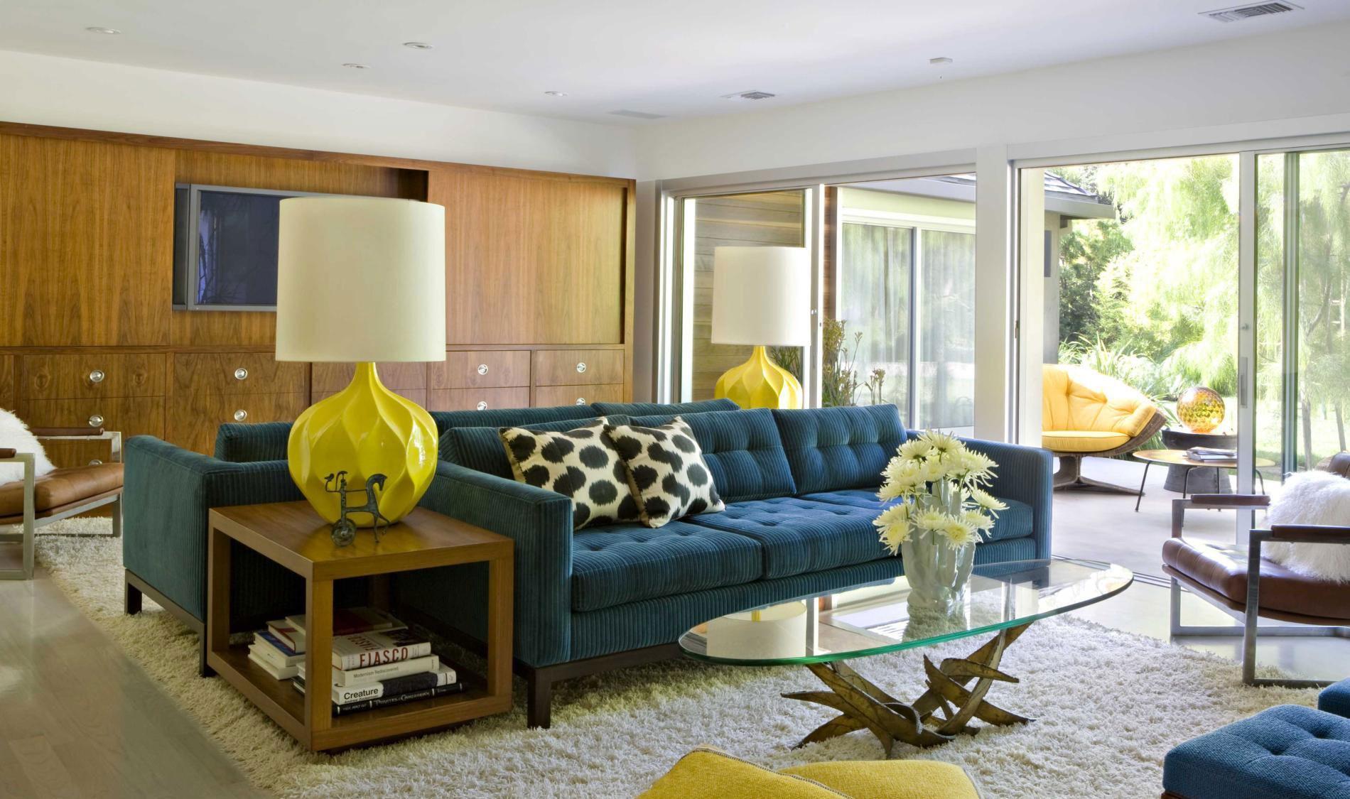 Желтые светильники и мебель в гостиной
