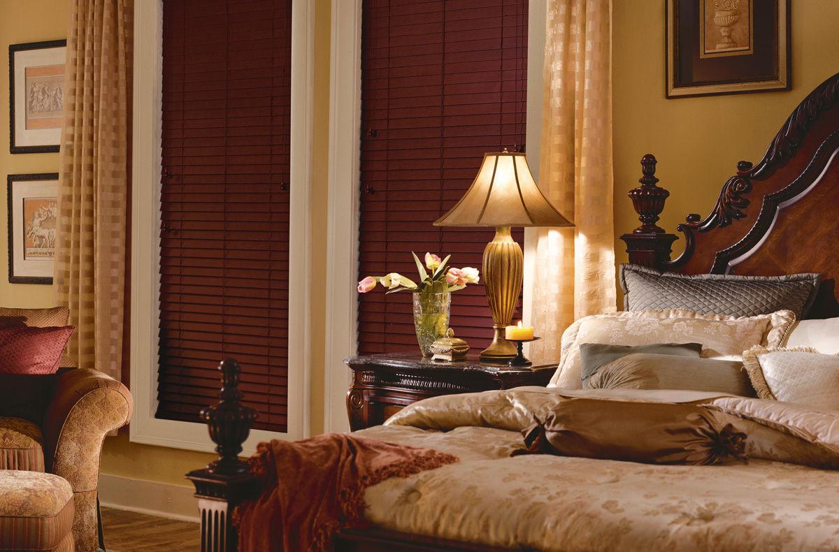 Горизонтальные коричневые жалюзи в спальне