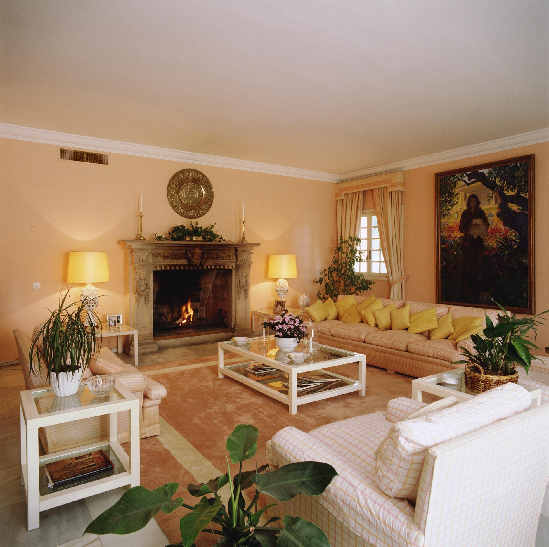 Желтые абажуры и подушки в гостиной