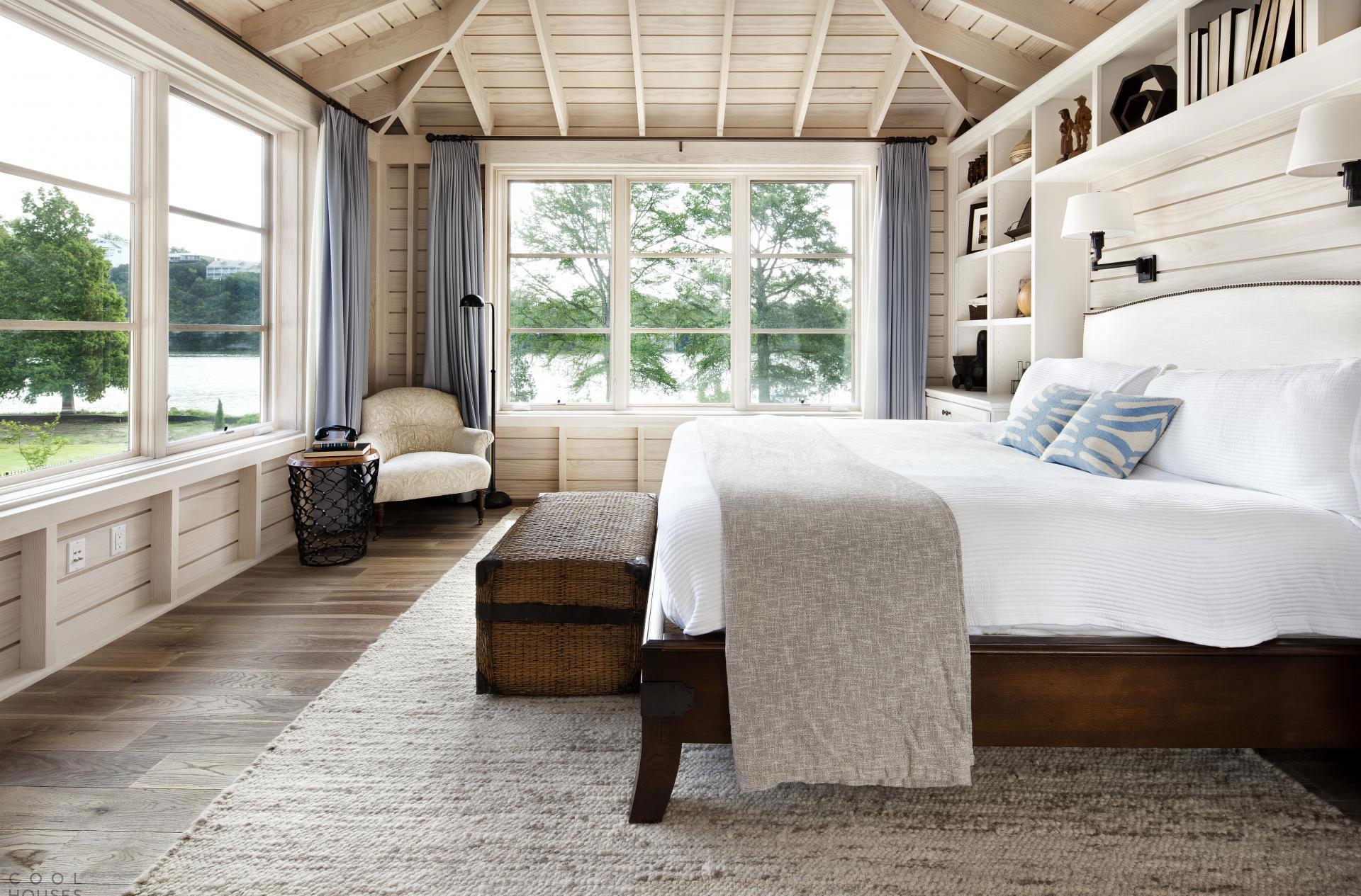 Спальня с большими окнами в скандинавском стиле