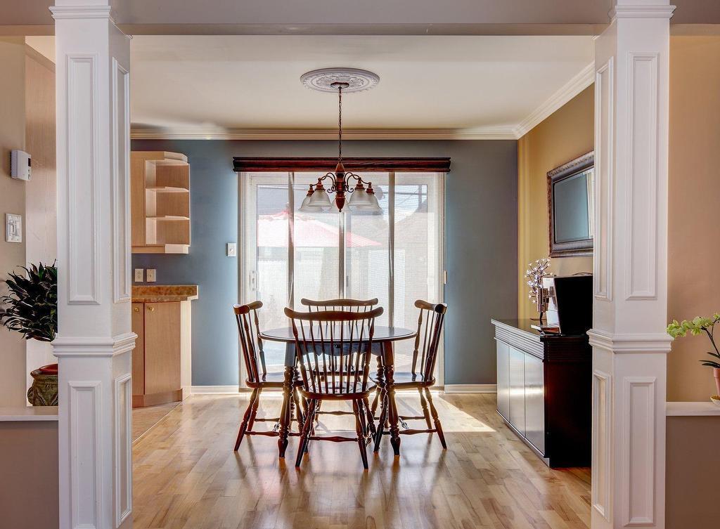 Зонирование гостиной и кухни белыми колоннами