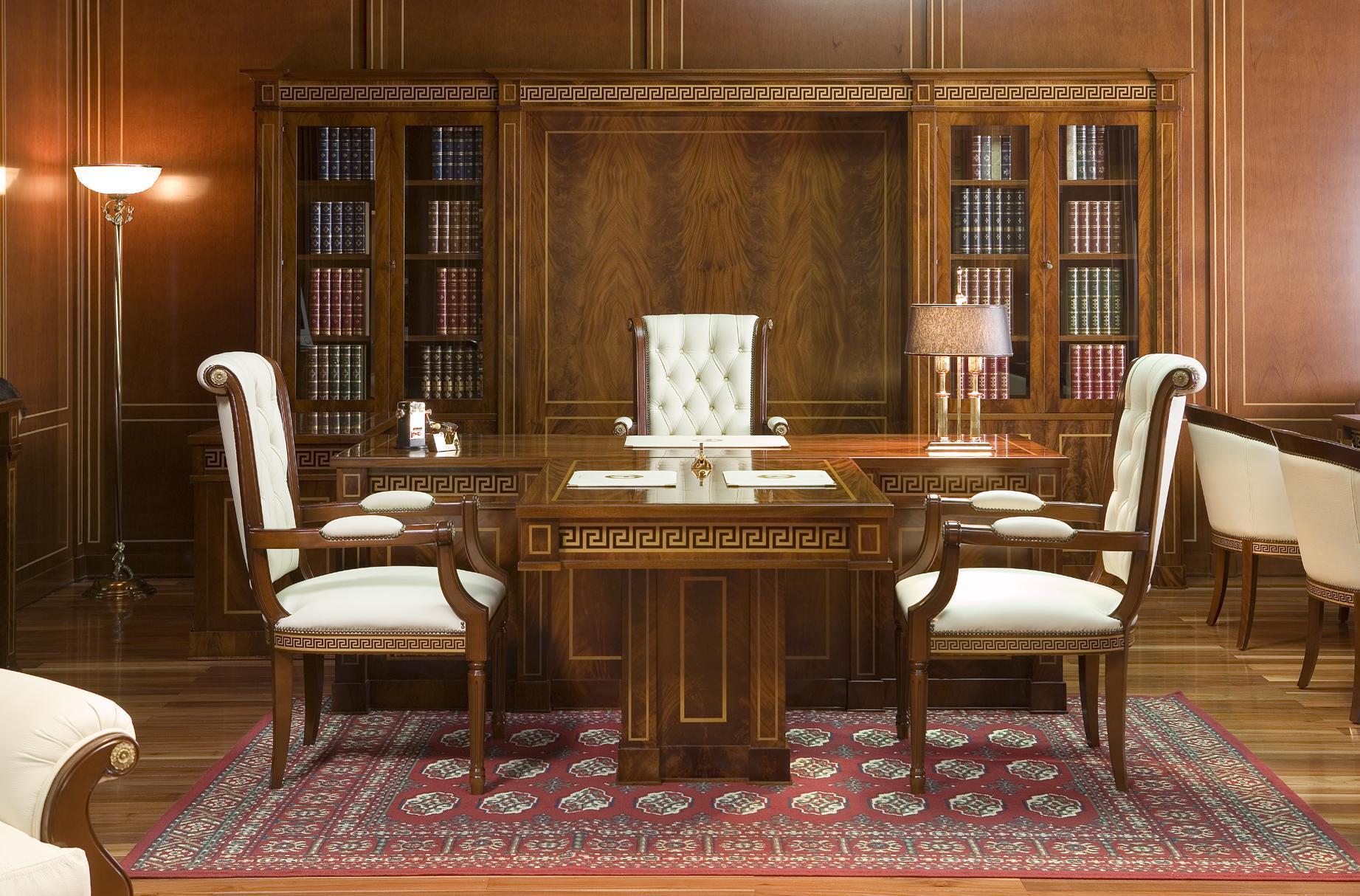 Греческий орнамент на мебели для кабинета