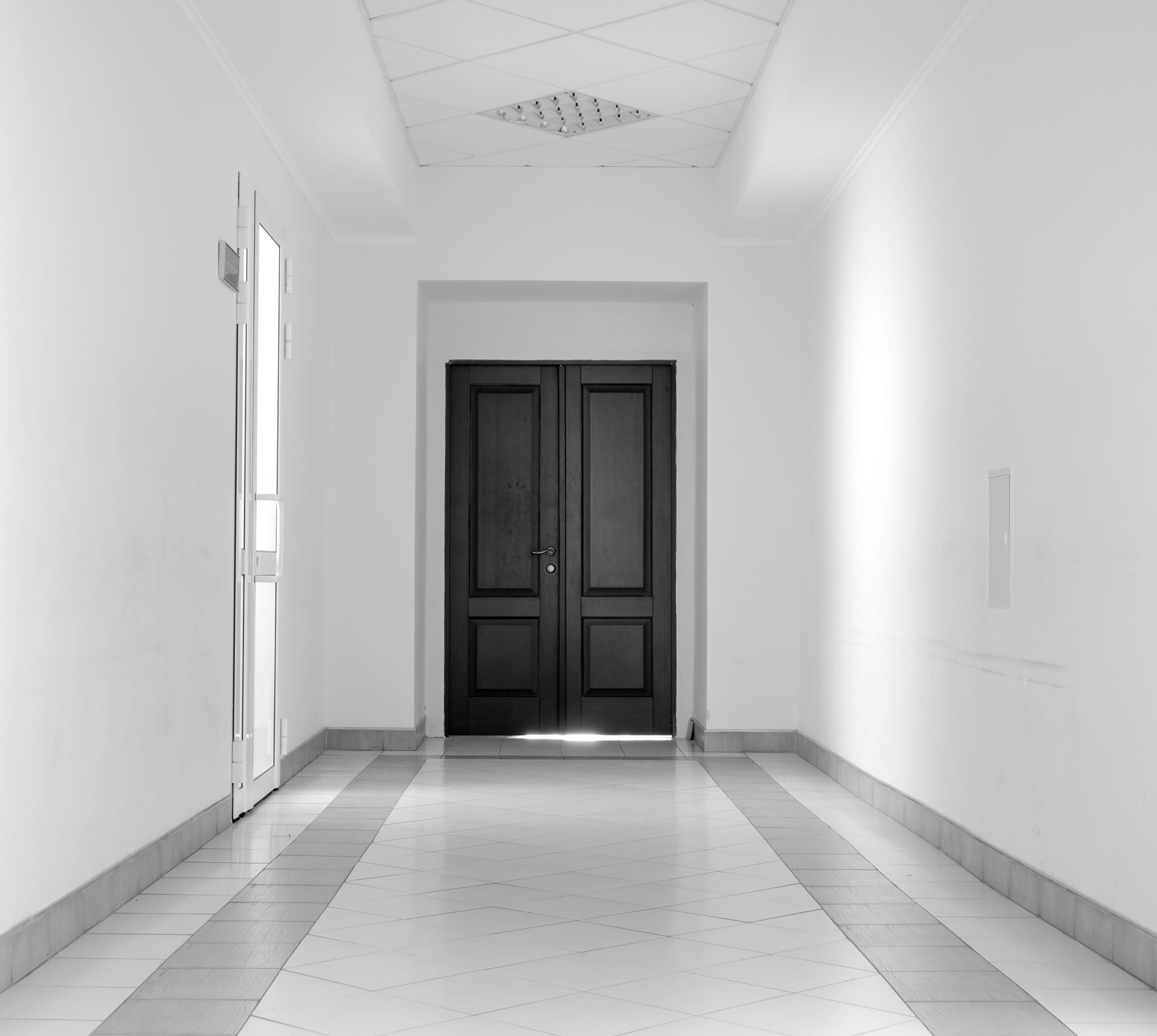 Светло серый пол и темные двери