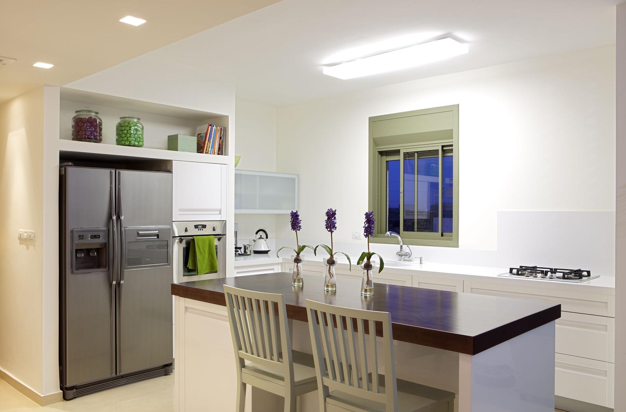 Ниша для холодильника на кухне