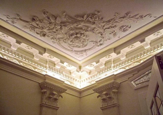 Розетки и вензеля на потолке
