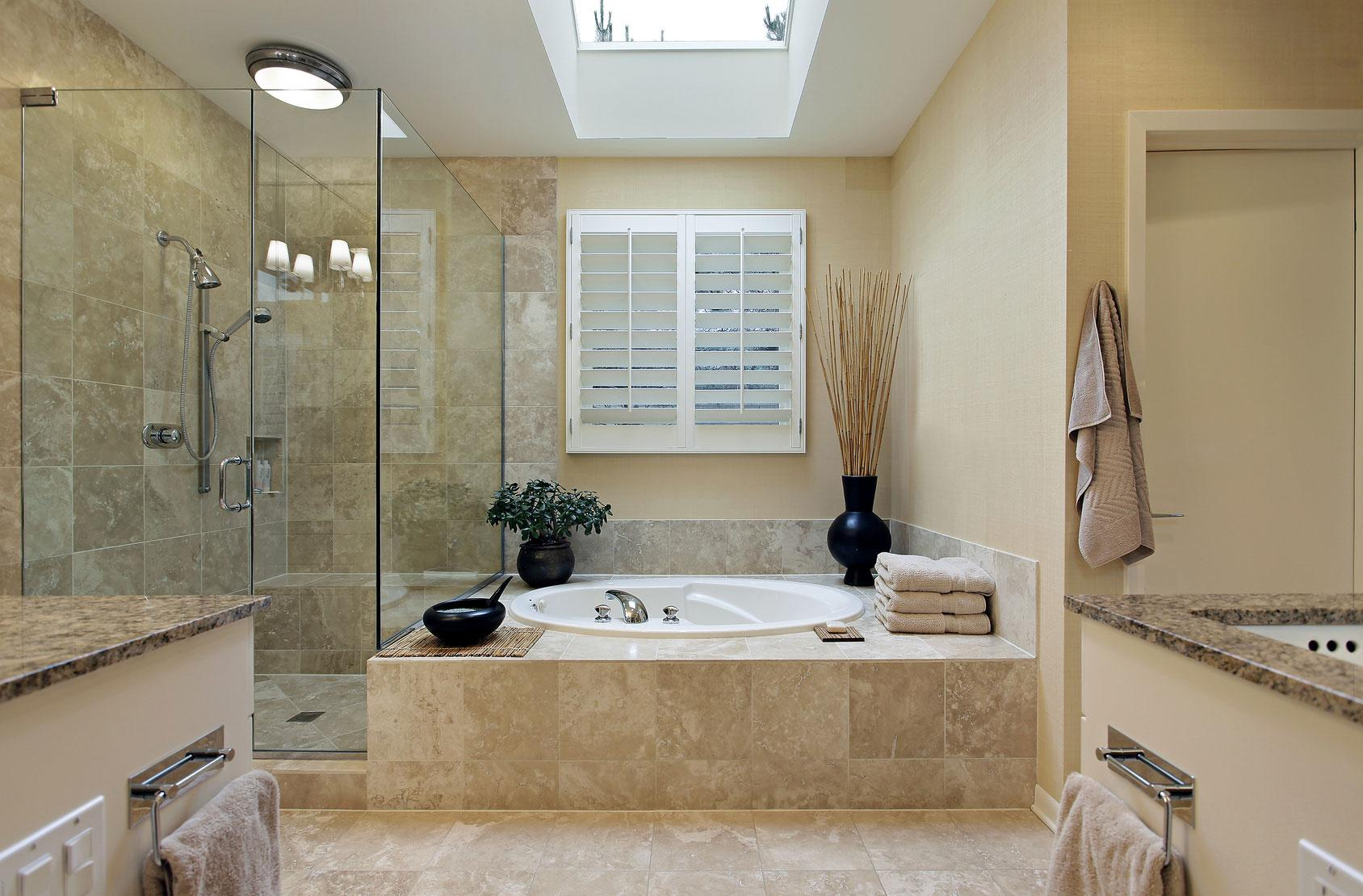 Душ без поддона в бежевой ванной