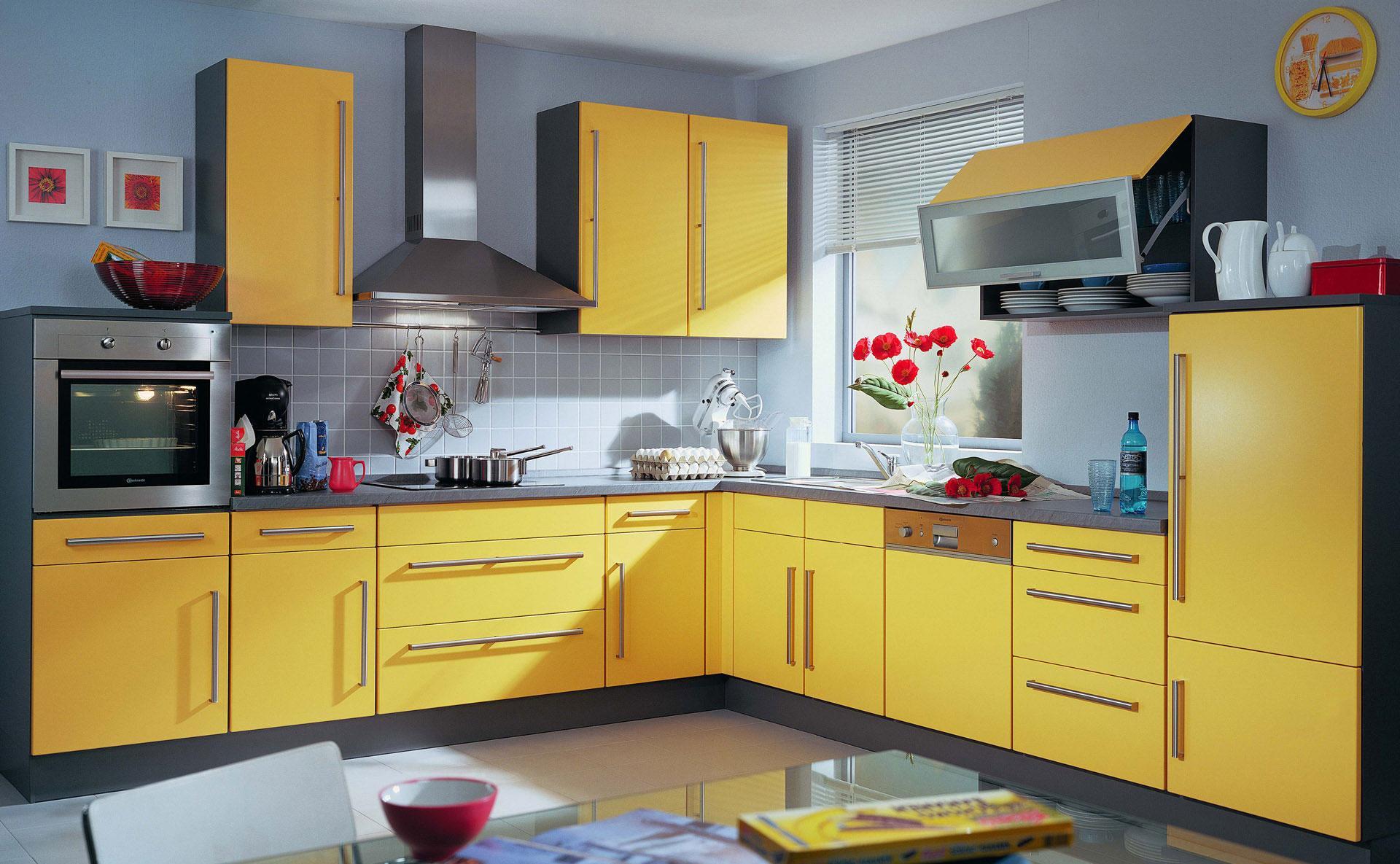 Черно-желтый гарнитур на кухне