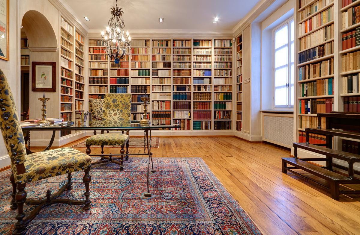 Библиотека в доме в итальянском стиле