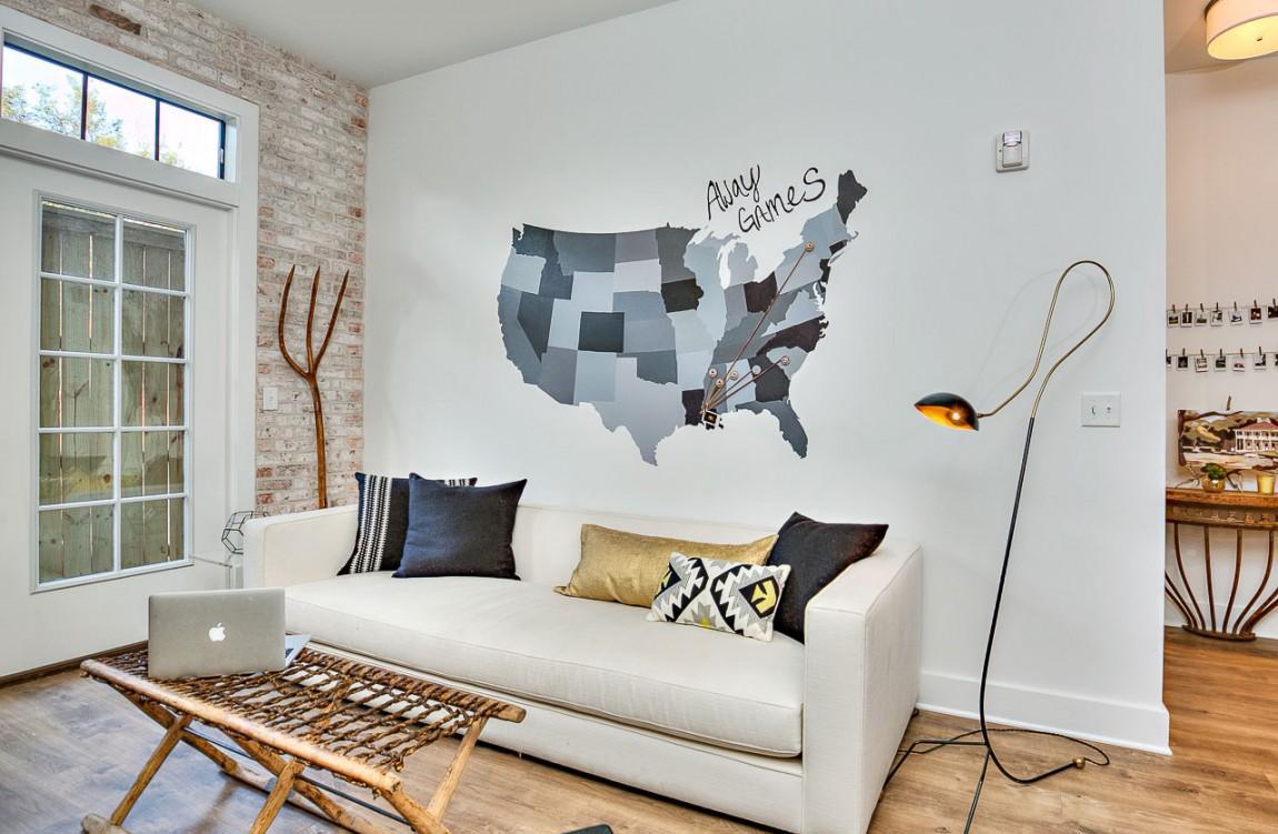 Обстановка однокомнатной квартиры с рисунком на стене