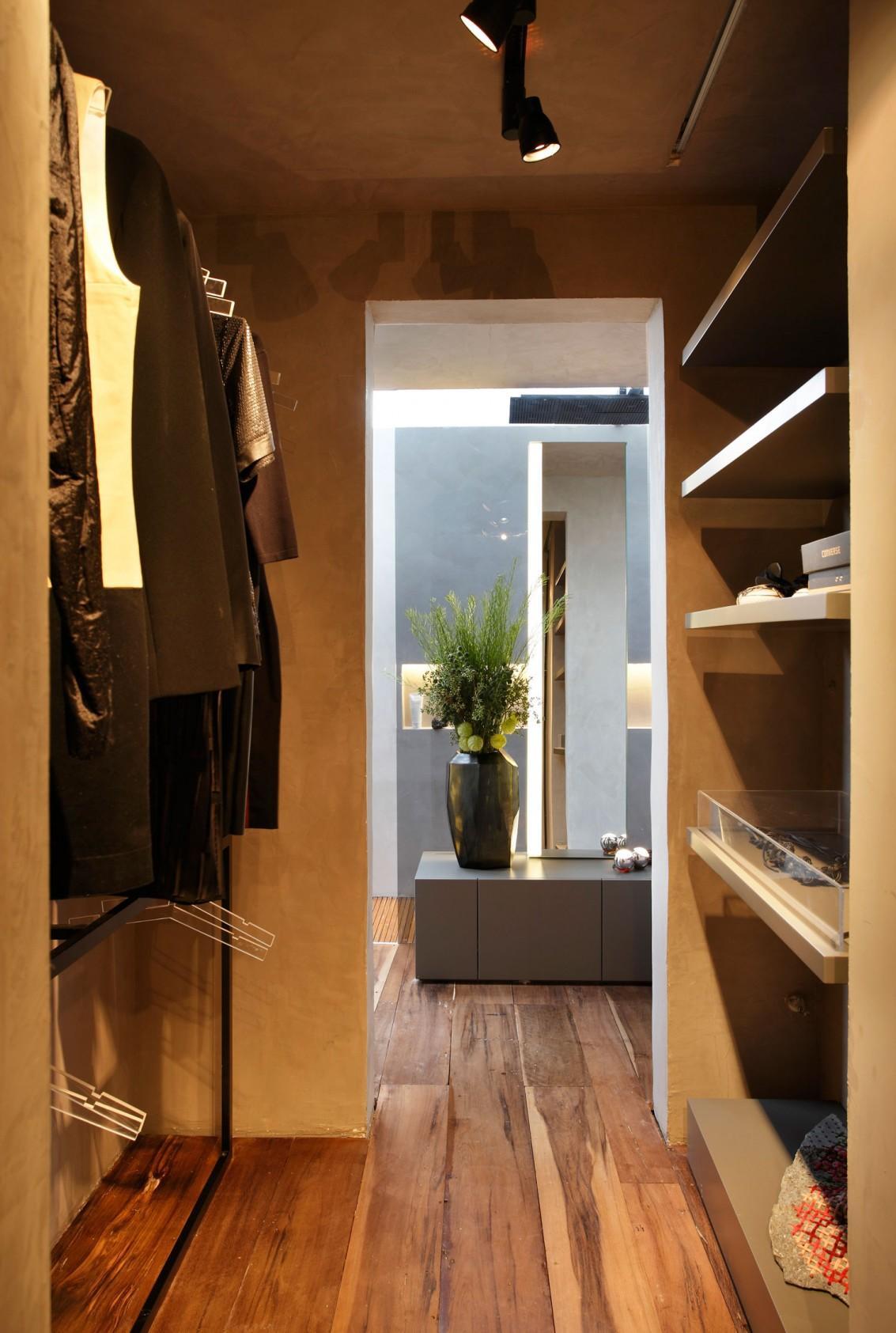 Небольшая гардеробная без дверей