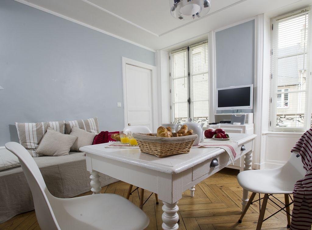 Обстановка однокомнатной квартиры резной мебелью