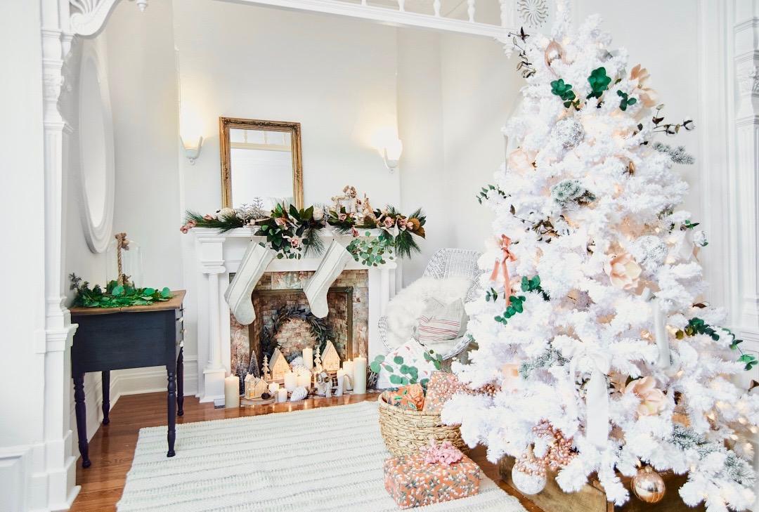 Декор однокомнатной квартиры с камином к новому году