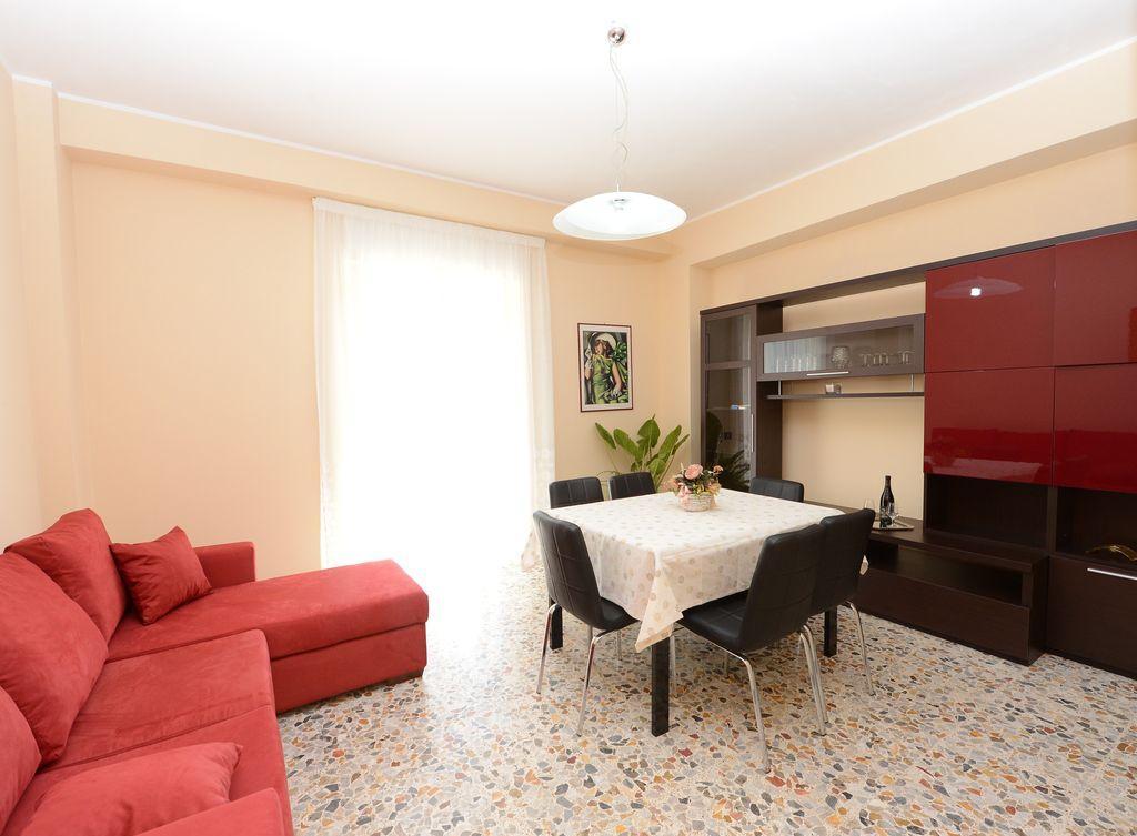 Обстановка однокомнатной квартиры с красными акцентами