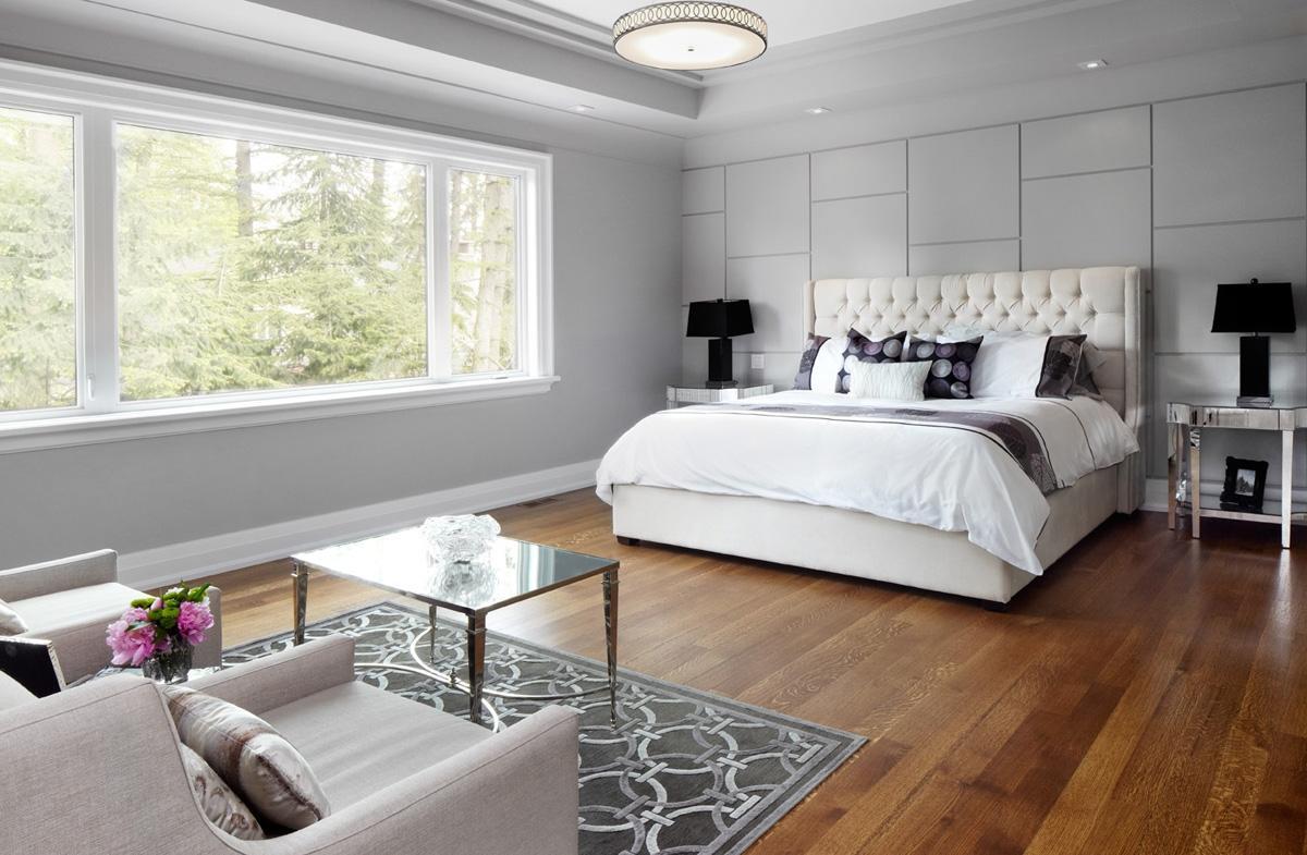 Просторная серо-коричневая спальня