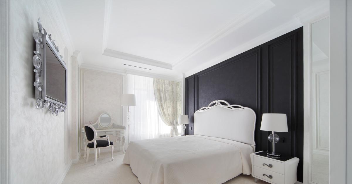 Черно-белая классическая спальня