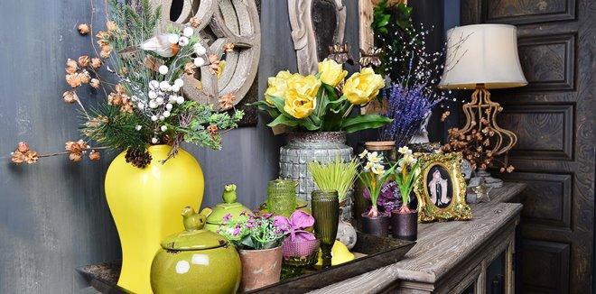 Свечи, статуэтки, цветы и другие предметы декора