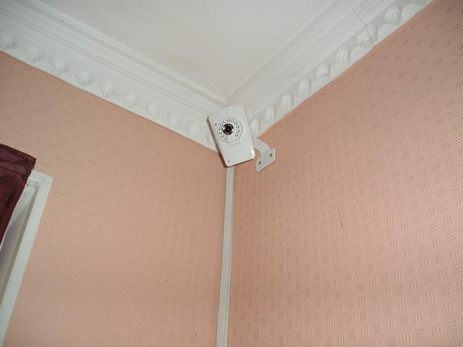 Укладка проводов под потолком в карниз