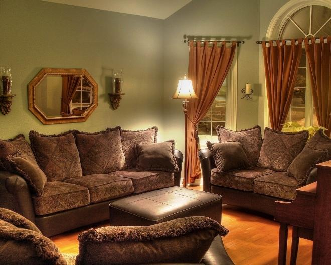 Сочетание коричневой мебели со шторами и обоями в интерьере